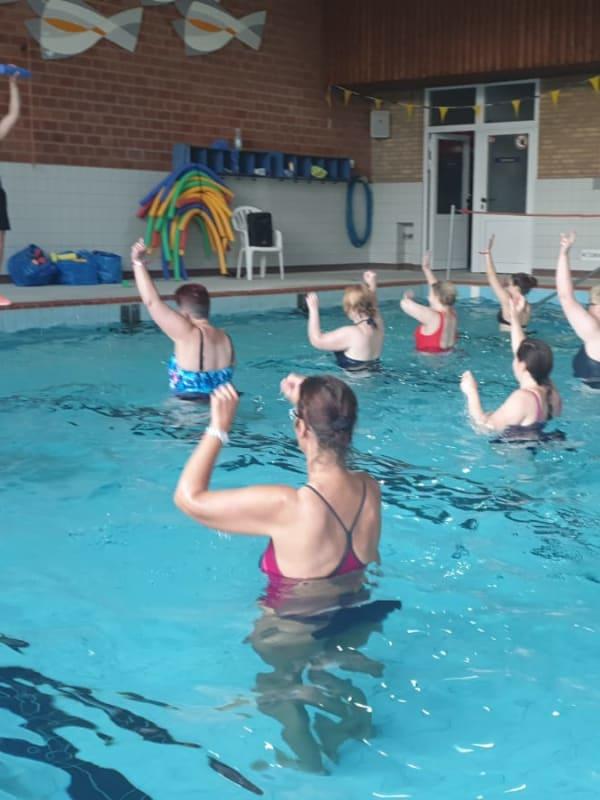 Mehrere Lanuc-Teilnehmerinnen beim Aqua-Fitness
