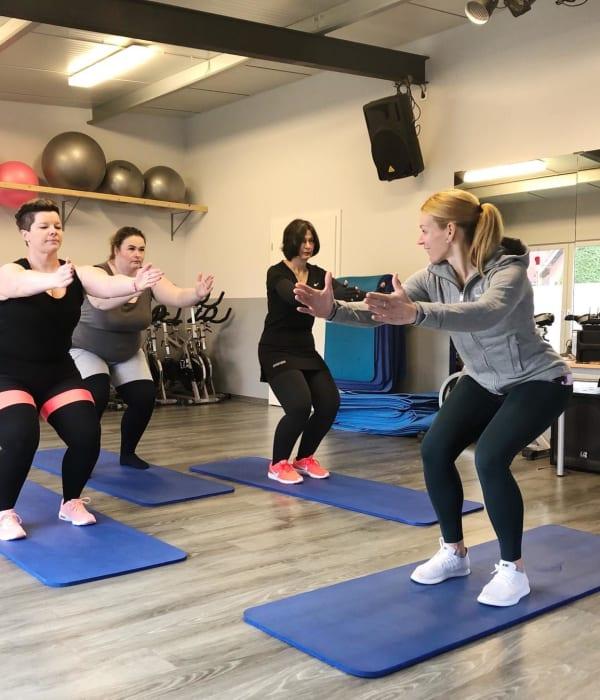 Die Lanuc-Trainerin Anne beim Sportkurs mit drei Teilnehmerinnen.