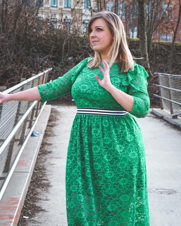 Look: Grünes Spitzenkleid