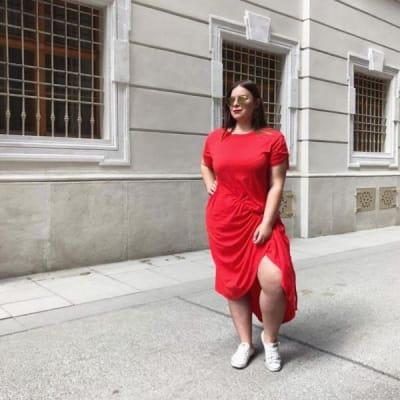 Frau mit Sonnenbrille in rotem Kleid mit Raffungen