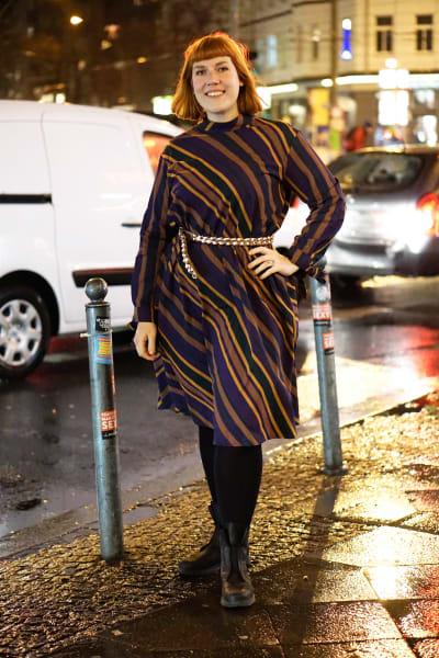 Bloggerin Maren Kus in einem gestreiften Kleid