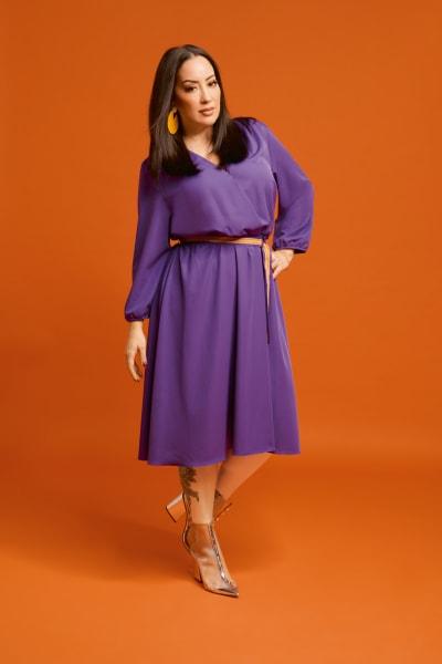 Miyabi Kawai in dem lilafarbenen Wickelkleid ihrer neuen Kollektion