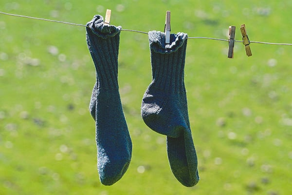 Nasse Socken als Hilfsmittel für Schuhe weiten
