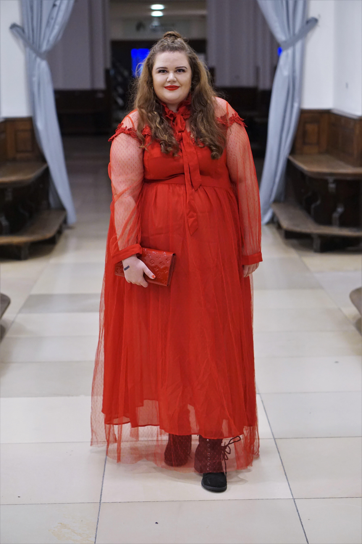 Frau in rotem Langarmkleid festlich