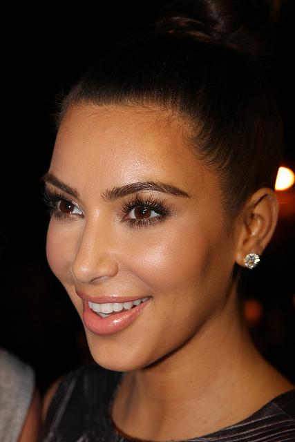 gesicht Konturieren und Strobing Kim Kardeshian rundes gesicht schmaler machen makeup Wundercurves