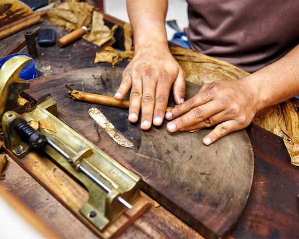 Sigarfabrikk og Hemingways Cuba (F, L, M)
