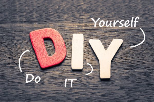 Montaje de las letras talladas en madera D. Y .I. y explicando que significa Do It Yourself