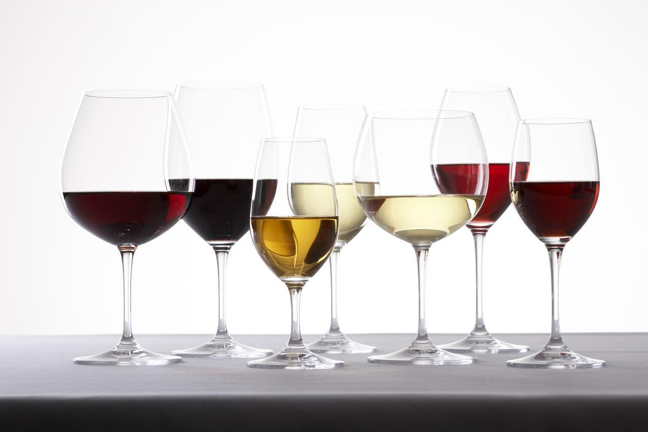¿Cuál copa tiene más vino? — Traiga al porcionamiento bajo control.