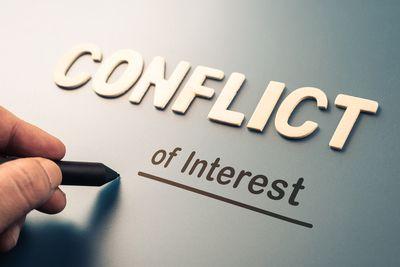 Foto-composición con las palabras Conflict of Interest