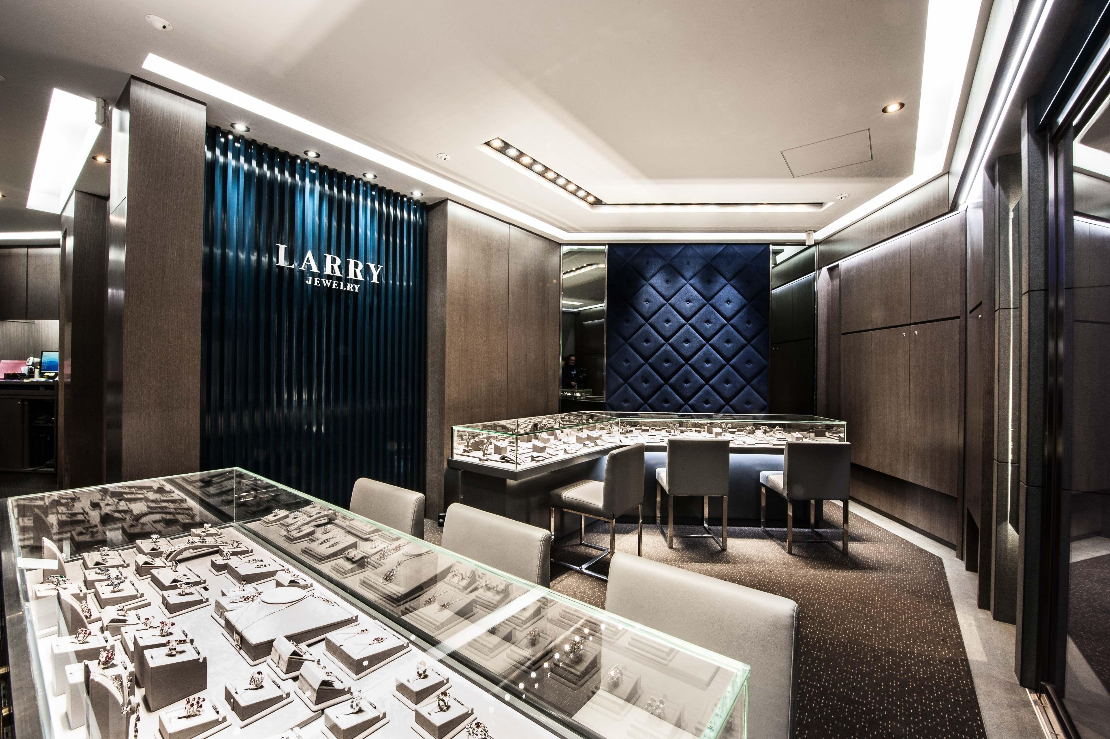 以藍色與深色為主 神秘高貴的珠寶店設計