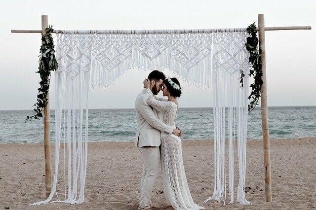 Novomanželé na pláži