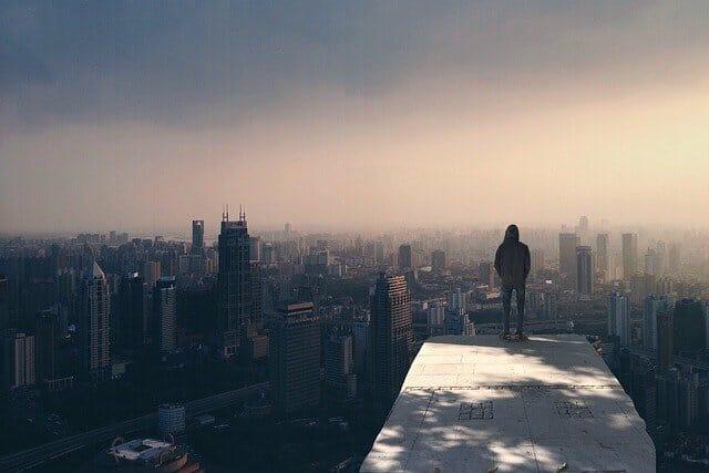 Muž sledující město z výšky