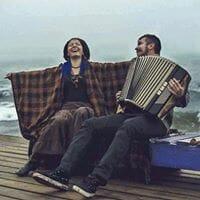 Šťastný pár s tahací hramonikou