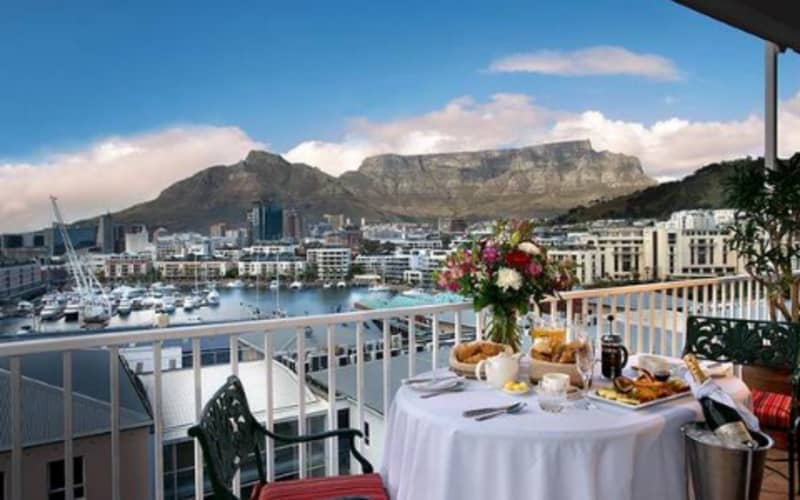 The Commodore Hotel: 1 Night Special + Breakfast from R1 730!