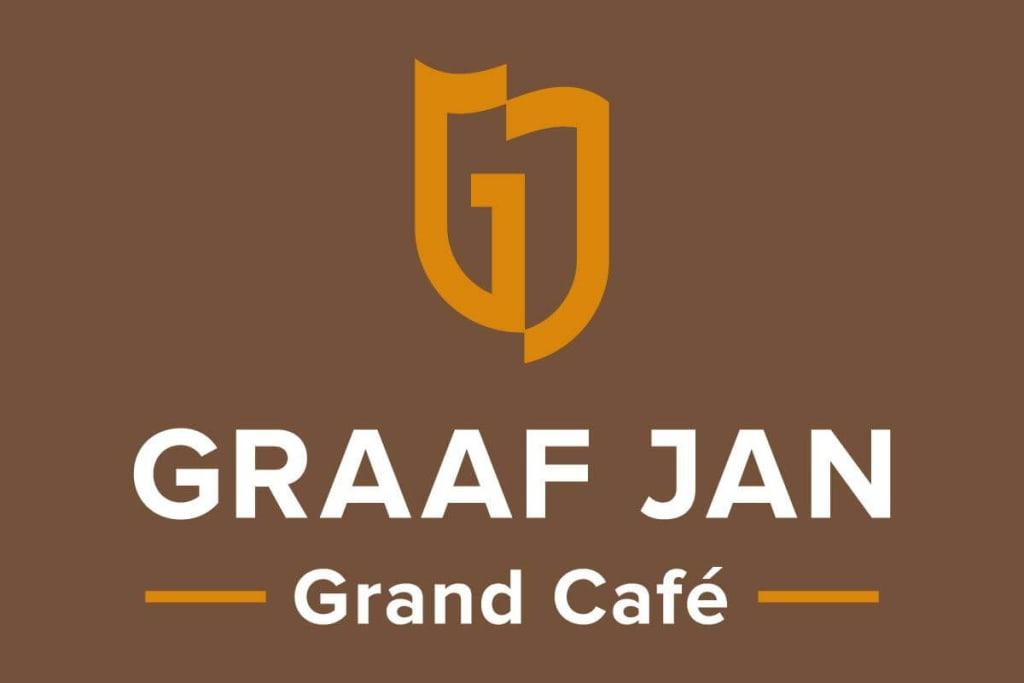 Logo ontwerp Grand-Café Graaf Jan Sassenheim in wit en oranje op een bruine achtergrond