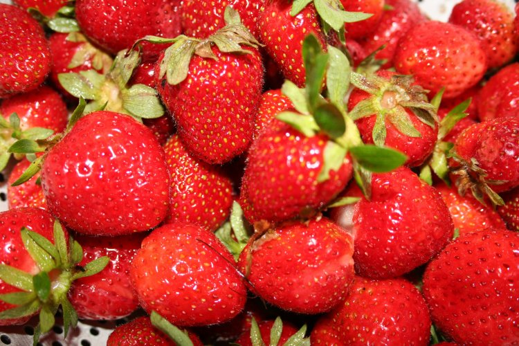 strawberries foods rich in folate acid healthy
