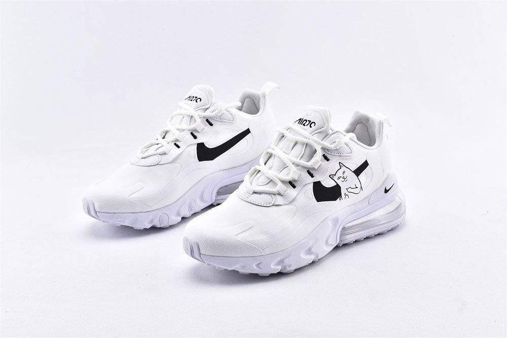 Modell gibt direkt zurück die erstaunliche Schuhfarbe
