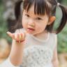 儿童照讲究纯真、生动、写真,不要过分地摆布和模仿姿势。孩子或躺或坐,或站立或跳跃,表情或喜悦,或专注,应本着表现孩子天真、可爱、自然、丰富的性格,而不必强求每张照片都要孩子望着镜头笑,其实有时最普通的表情才能显示出儿童的最自然的美