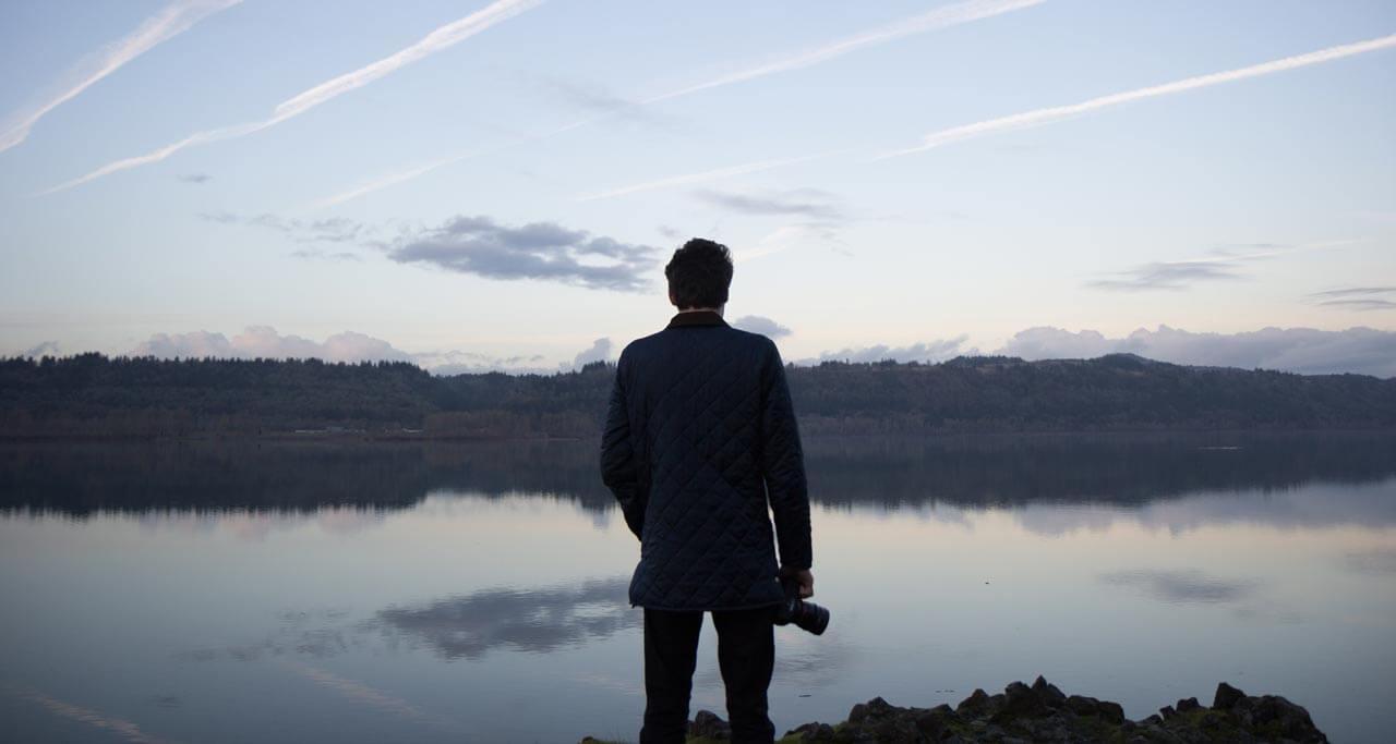 Christophe-Boury-Photographe-sur-Bordeaux-de-mariage-Photo-en-train-de-sauter-sur-une-lac