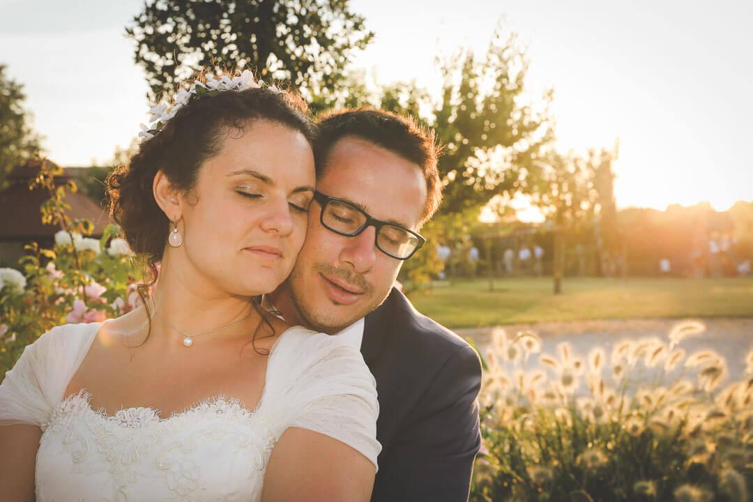 photo de couple dans la lumière naturel sans prise de tête, au couché du soleil bonheur avec de la joie du bonheur Photographe de mariage sur Angouleme Christophe Boury chris-creation pour blog