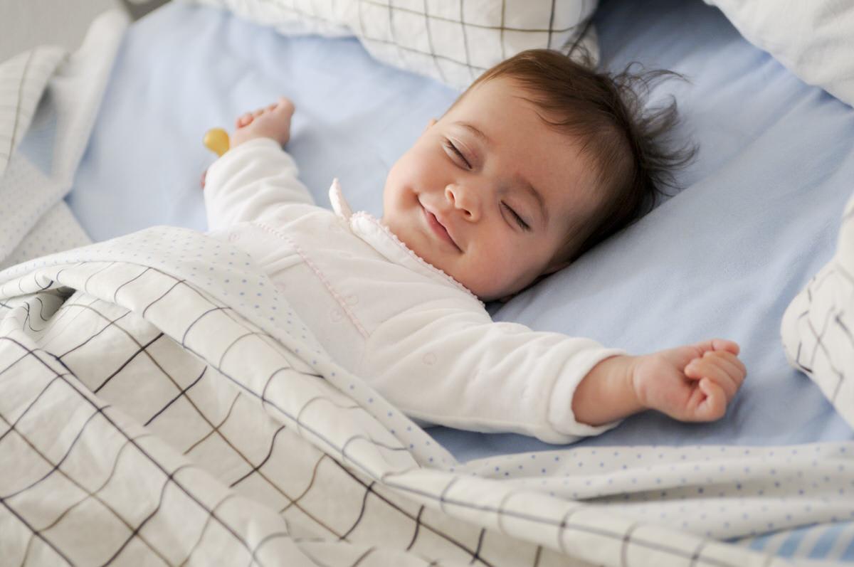 bébé au réveil dans la crèche Photographe de crèche et de bébé a Bordeaux en Nouvelle-Aquitane