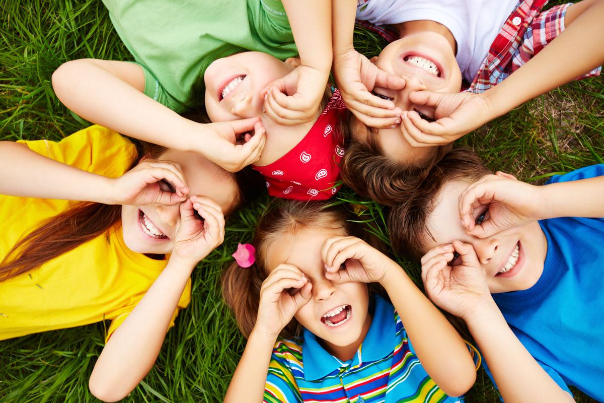 enfants qui s'amusent à l'exterieur de la crèche Photographe de crèche et de bébé a Bordeaux-en-Nouvelle-Aquitane