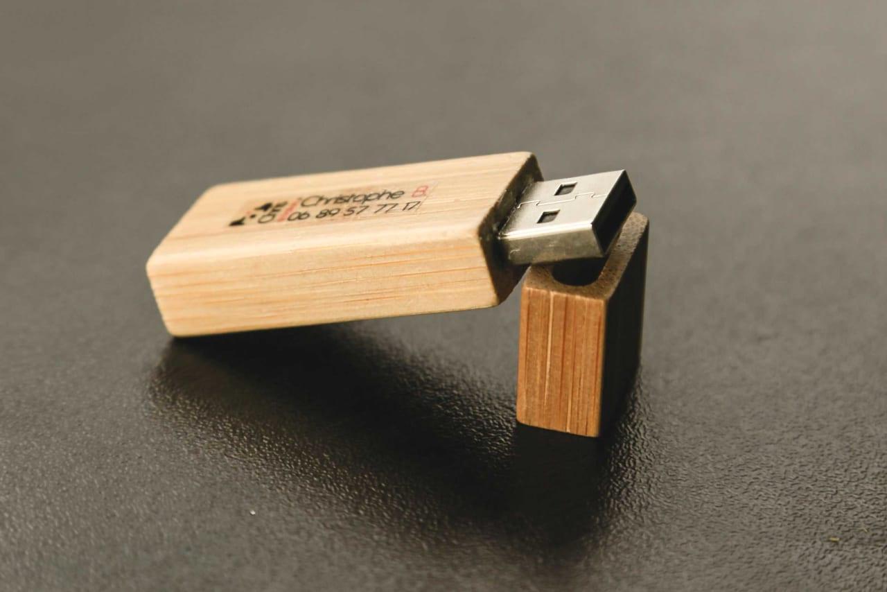 Qui USB sur laquelle les photos sont fournies pour les mariés dans la prestation prestige