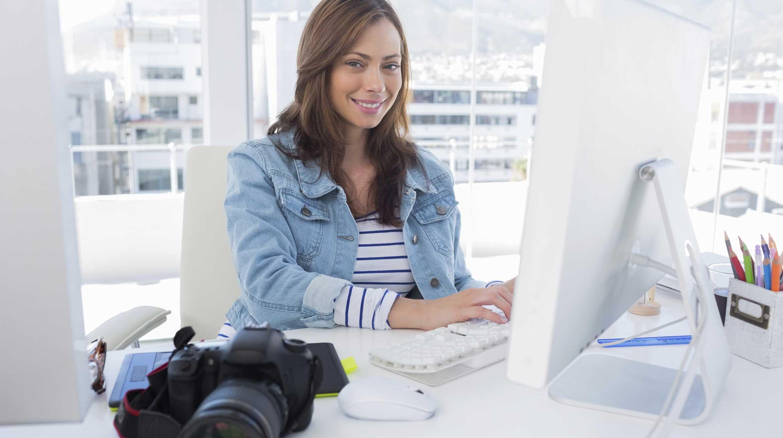 Femme en formation photo sur ordinateur_photographe-formation-photo