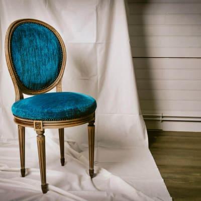 Tapissier décorateur_Photographe_corporate_d'entreprise a Bordeaux en Gironde_Un esprit tourné vers vous-www.photographe-33-Christophe B. chaise bleu