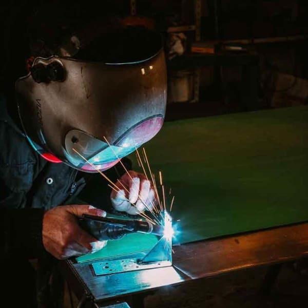 sidérurgie corporate professionnel Corporate sidérurgie bonhomme qui soude une plaque d'acier mise en valeur de l'entreprise Bordeaux Aquitaine formation photo et graphisme