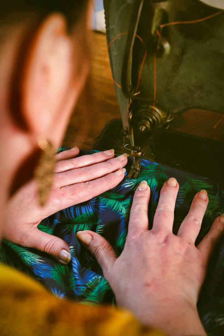 Tapissier décorateur_Photographe_corporate_d'entreprise a Bordeaux en Gironde_Un esprit tourné vers vous-www.photographe-33-Christophe B. découpe du tissu abat jour sur machine