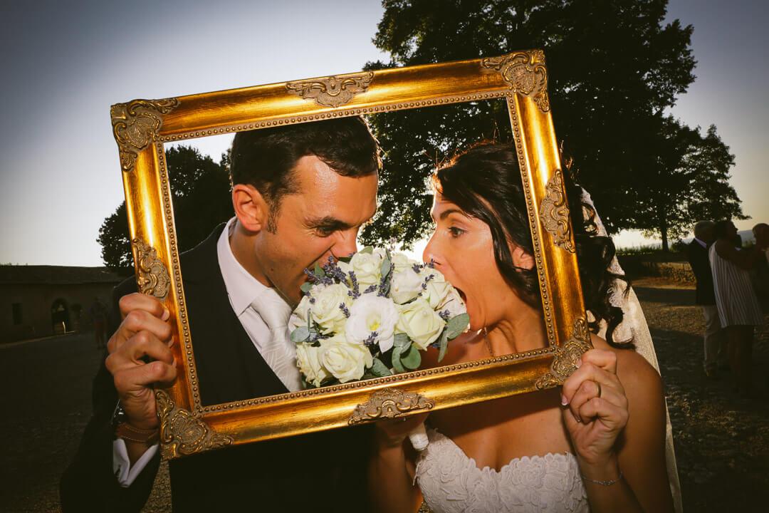 Photographe_de_mariage_bergerac_chateau_mombazillac_Aquitaine_Chris-creation_www.photographe-33.fr on ne mange pas le bouquet de la mariée