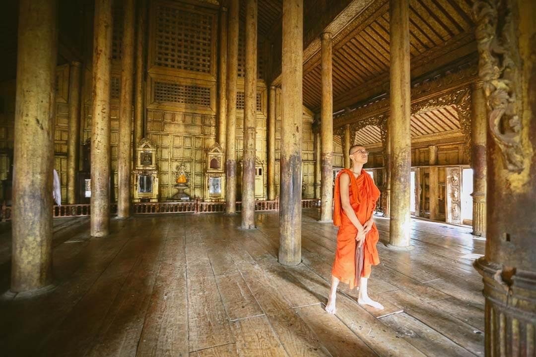 Visite du monastère SHEWENANDAW, célèbre pour la finesse de ses sculptures sur bois. avec moine.