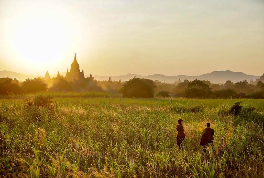 BAGAN, au bord de l'Irrawaddy. Cette incroyable concentration de temples et pagodes aux inspirations birmanes, mais aussi indiennes, font de Bagan le cliché de votre séjour au Myanmar.