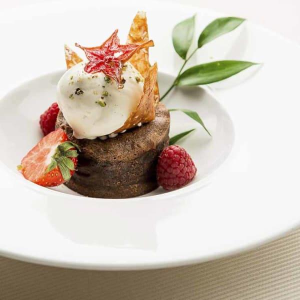 culinaire photographe professionnel culinaire plat d'un restaurant en dessert chocolat fondant avec fraises et glace à la vanille