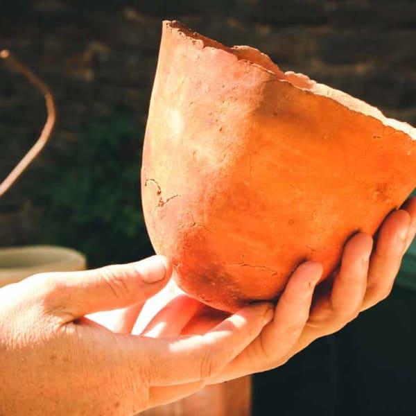 poterie institutionnel d'un potier réalisation d'un pot en terre cuite