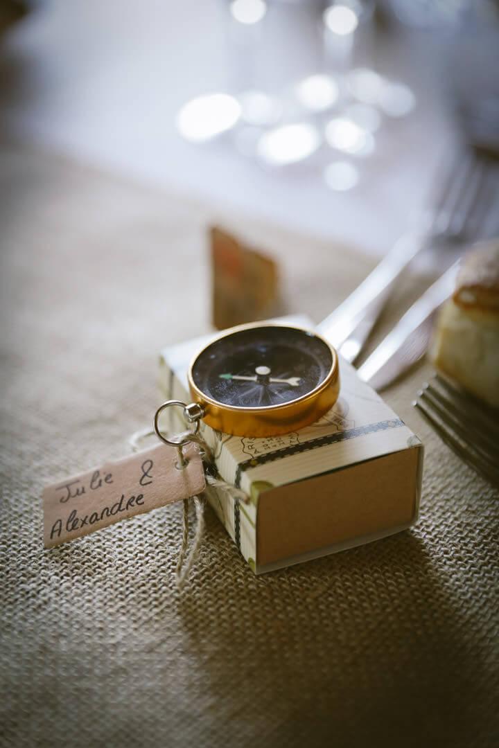 Photographe de mariage Villenave d'Ornon Bordeaux aquitaine Sud-Ouest chris-creation Christophe boury - cadeau des mariés une boussole dans une valise avec des dragées