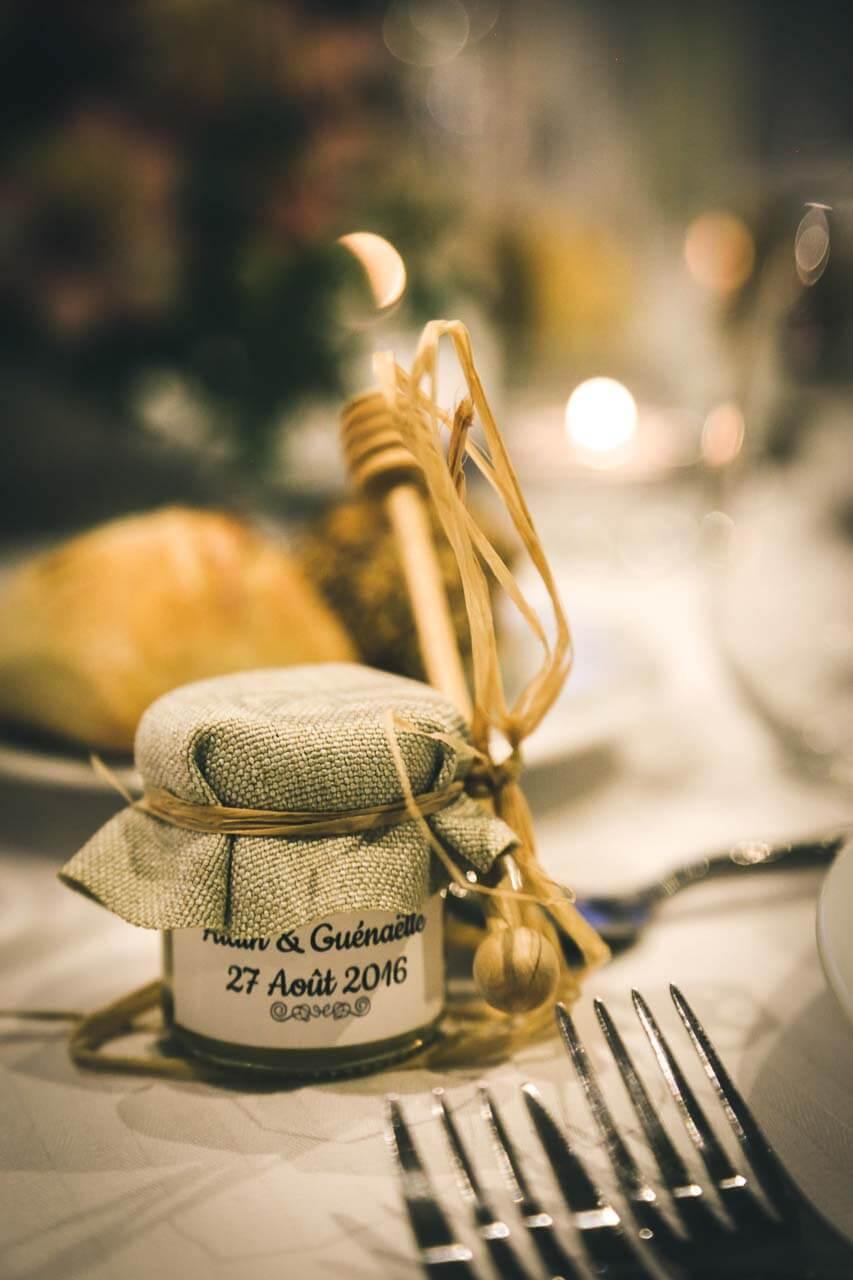 Détails de la table cadeau des mariés un petit pot de miel avec sa cuillère en bois