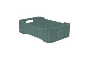 Caja de tipo agrícola con plástico reciclado, calada cerrada de polietileno con capacidad de 15 kilogramos, apilable y con medidas de 51x34cm.