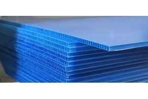 Placa de plástico corrugado coroplast calibre 3 mm. 550 g/m2  flt abierta de 105x244cm