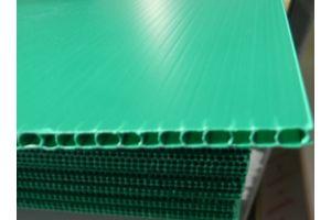 Placa de plástico coroplast calibre 3 mm. 550 g/m2  flauta abierta de 105x244cm
