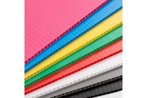Hoja de plástico corrugado coroplast calibre 3 mm. 550 g/m2  flauta abierta de 105x244cm