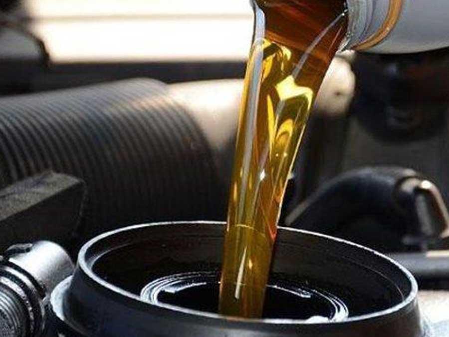 Membersihkan oli mobil di lantai
