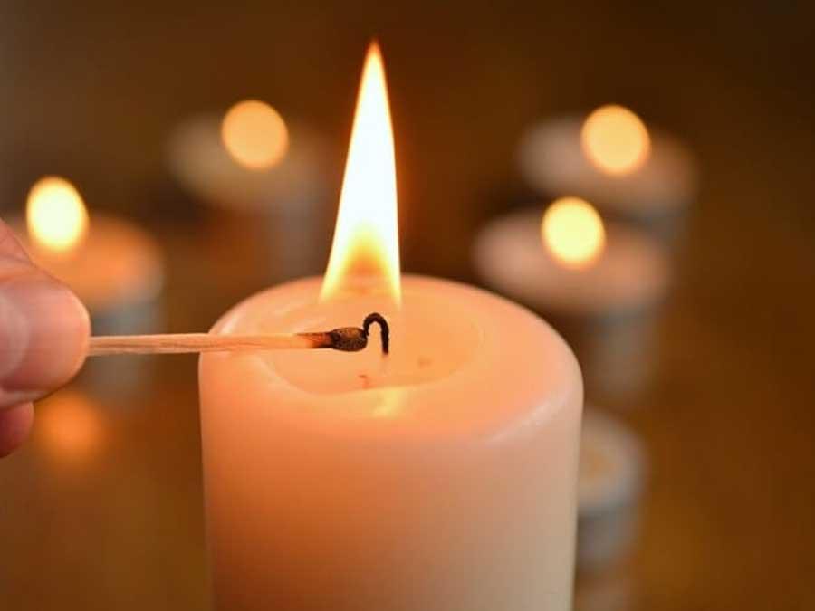 Membersihkan lelehan lilin