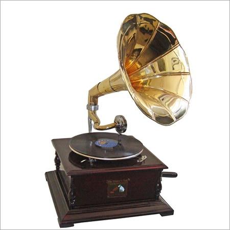 Piringan Hitam diputar dengan Gramophone