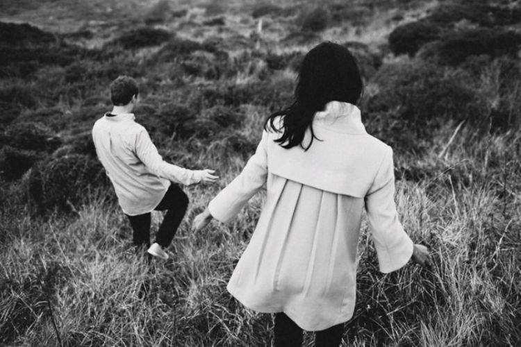 Hingga akhirnya kamu menemukan dia sebagai pasangan, seseorang yang juga kukenal. Maka tidak ada lagi yang kuperjuangkan, langkahku harus berhenti total.