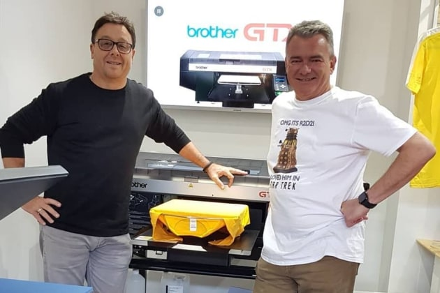 Freo T-Shirts: Stuart Endersby (r) with customer Cliff Reeve