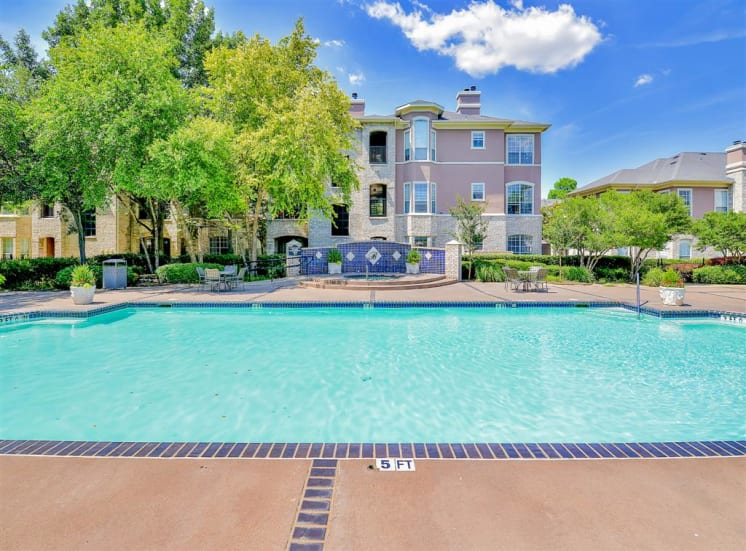 One of two pools and fountain at Bentley Place at Willow Bend Apartments in West Plano, TX, For Rent. Now leasing 1, 2, and 3 bedroom apartments.