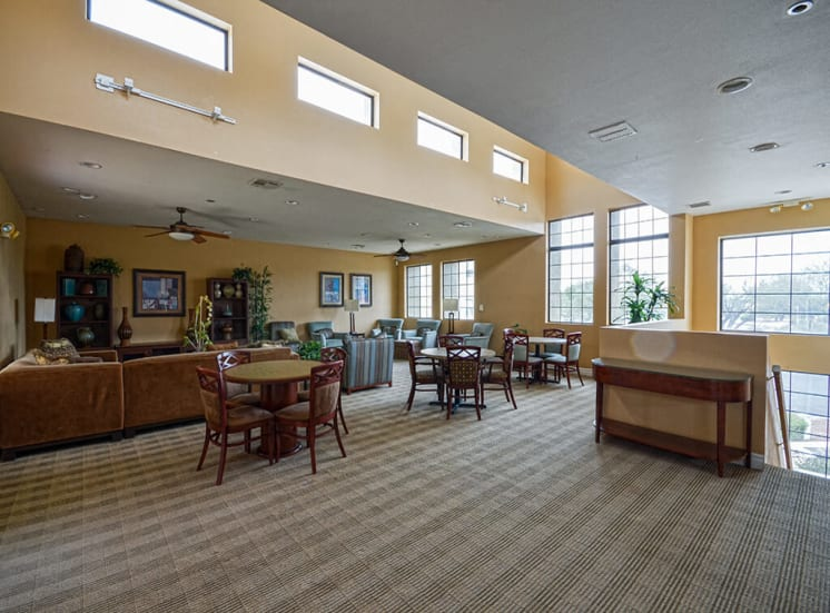 Community meeting tables of Pavilions at Pantano in Tucson, AZ, For Rent. Now leasing 1, 2 and 3 bedroom apartments.