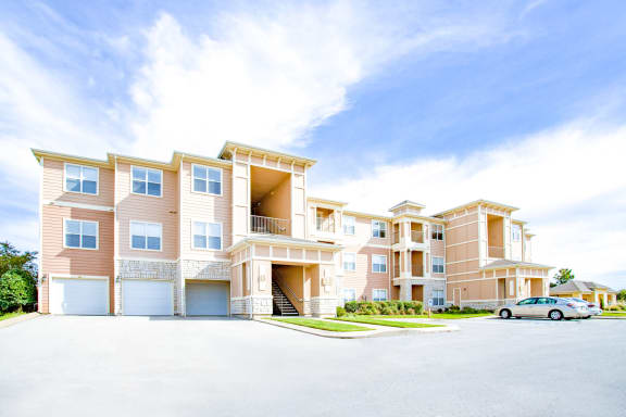 Sonoma Grande Apartments in Tulsa, Attached and Detached Garages